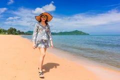 Kvinnahandelsresanden tycker om den härliga havssikten på hennes ferie arkivfoto
