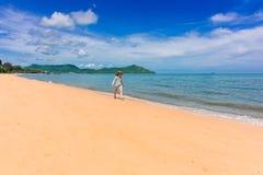 Kvinnahandelsresanden tycker om den härliga havssikten på hennes ferie arkivbild