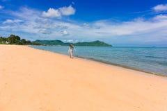 Kvinnahandelsresanden tycker om den härliga havssikten på hennes ferie royaltyfria foton
