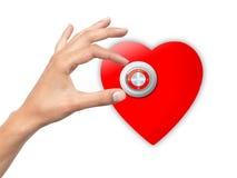 Kvinnahanden öppnar låst hjärta Arkivfoto