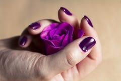 Kvinnahanden med färgrikt spikar makro Arkivfoto