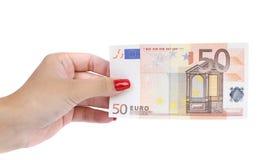 Kvinnahanden rymmer sedeln för euro femtio Royaltyfria Bilder