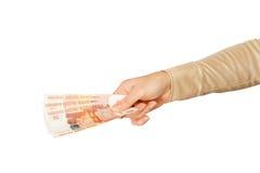 Kvinnahanden rymmer sedlar Royaltyfri Bild