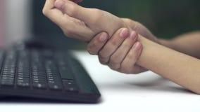 Kvinnahanden smärtar från att använda tangentbordet arkivfilmer