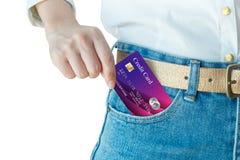 Kvinnahanden - välj upp den realistiska kreditkorten royaltyfria bilder