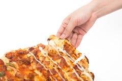 kvinnahanden - välj upp isolerad pizza Arkivfoton