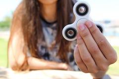 Kvinnahandhåll en vit spinnare Fotografering för Bildbyråer