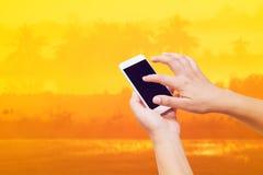 kvinnahandhåll och smart telefon för pekskärm på abstrakt suddigt Arkivbilder