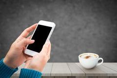 Kvinnahandinnehav och användamobil, mobiltelefon, smart telefon med den isolerade skärmen Fotografering för Bildbyråer