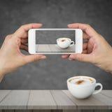 Kvinnahandinnehav och användamobil, mobiltelefon, smart telefon med den isolerade skärmen Royaltyfri Foto
