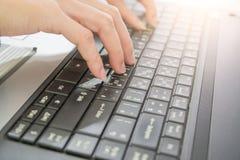 Kvinnahandmaskinskrivning på tangentbordet som i regeringsställning arbetar äganderätt för home tangent för affärsidé som guld- n Arkivbilder