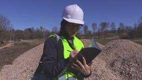Kvinnahandstil på konstruktionsplatsen stock video