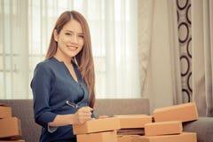 Kvinnahandstiladress och överföringspacke för online-affär royaltyfri foto
