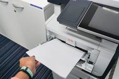 Kvinnahandtagpapper från skrivaren Royaltyfri Fotografi