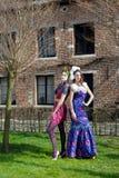 Kvinnahaute coutureklänningen parkerar Royaltyfri Bild