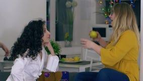 Kvinnahemligheter, företaget av unga flickvänner spenderar tillsammans helger stock video