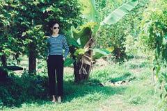 KvinnaHipster med begreppet för livsstil för solglasögonmodestil som bär en svartvit randig t-skjorta Royaltyfri Foto