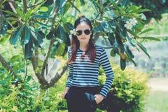 KvinnaHipster med begreppet för livsstil för solglasögonmodestil som bär en svartvit randig t-skjorta Arkivfoton