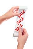 Kvinnahåll i henne handrulle av papper med utskrivaven kvittoåtlöje Fotografering för Bildbyråer