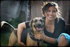 KvinnaHolding henne älsklings- hund arkivbild