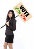 Kvinnaholdingen röstar tecknet Arkivbild