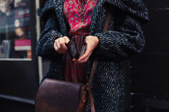 Kvinnaholdiong hennes plånbok i gatan Royaltyfria Bilder