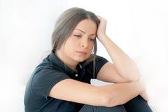 Kvinnahuvudvärk Flickan pressar hennes huvud arkivbilder