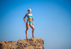Kvinnaidrottsman nen på en vagga vid havet Royaltyfri Fotografi