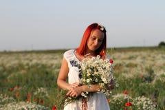 Kvinnainnehav en bukett av sätter in blommor Royaltyfri Fotografi