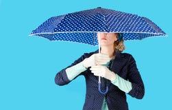 Kvinnainnehav ett paraply Royaltyfria Foton