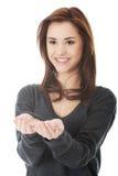 Kvinnainnehav något som är imaginär på händer Fotografering för Bildbyråer