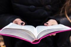 Kvinnainnehav och läsningbibel Arkivbilder