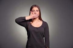 Kvinnainnehav räcker över henne munnen Arkivfoton