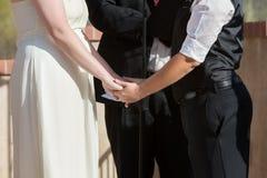 Kvinnainnehav räcker i bröllopceremoni Arkivbild