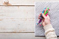 Kvinnainnehavet stelnar pennor, vuxna färgläggningböcker, ny trend för spänningsavlösning royaltyfri bild