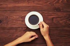 Kvinnainnehavkopp av svart kaffe Fotografering för Bildbyråer