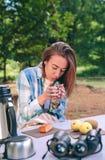 Kvinnainnehavkopp av varmt kaffesammanträde under Arkivbild