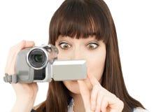 Kvinnainspelning på den bärbara videokameran Arkivbilder