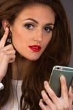 Kvinnaintelligens en mobiltelefon royaltyfri foto