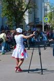 Kvinnajournalist med en tripod Arkivfoton