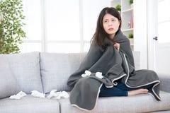 Kvinnakänsla som är sjuk och slås in i filt fotografering för bildbyråer