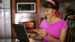kvinnaköpande med kreditkorten, online-shopping i kök stock video