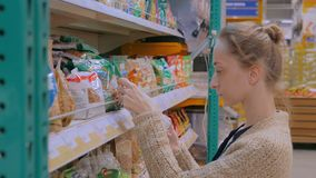 Kvinnaköpande torkade frukter på supermarket lager videofilmer