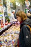 Kvinnaköpandekött i fransk suoermarket arkivbilder