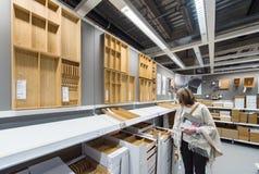 Kvinnaköpandekitchenware arkivbilder