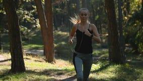 Kvinnakörningar i skog stock video