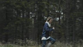 Kvinnakörningar i skog arkivfilmer