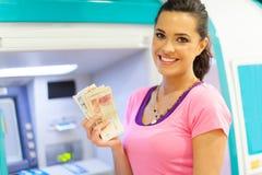 Kvinnakassa ATM Arkivbild