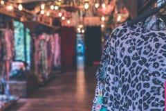Kvinnakläder i lagret med härligt varmt ljus Bali ö arkivfoto