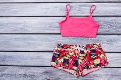 Kvinnakläder och tillbehör för sommar moderiktig royaltyfri foto
